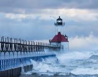 击中圣约瑟夫灯塔的波浪 库存照片