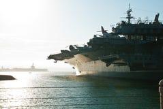 击中在口岸的日落航空母舰 库存图片