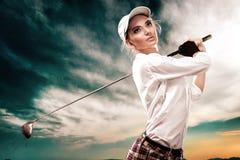击中在天空背景的女子高尔夫球运动员球 复制空间 广告概念 免版税库存图片