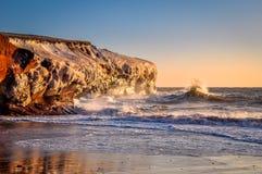 击中在峭壁的波浪风景  免版税库存图片