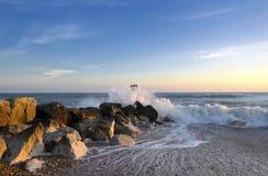 波浪和岩石 库存图片