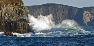 击中在纽芬兰的波浪峭壁 免版税库存图片