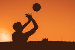 击中在阴影样式图象的人排球 免版税库存图片