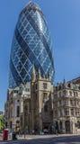 中央伦敦/英国- 18 05 2014 - 嫩黄瓜摩天大楼在圣安德鲁Undercroft中世纪教会后被看见在伦敦 库存图片