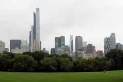 中央公园在一秋天多云天 库存照片