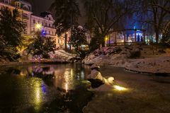 中央公园在晚上- Marianske Lazne Marienbad -捷克 免版税库存照片