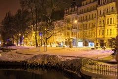 中央公园在晚上- Marianske Lazne Marienbad -捷克 免版税库存图片