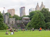 中央公园的人们在眺望楼附近的纽约防御 库存照片