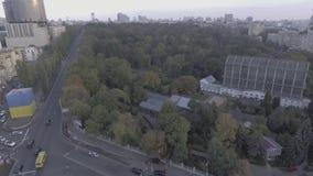 中央公园鸟瞰图 飞行在绿地的直升机 影视素材
