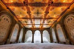 中央公园贝塞斯达与被阐明的瓦片天花板, NYC的大阳台拱廊 库存图片