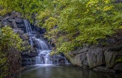 中央公园watefall和湖 免版税库存图片
