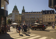 中央哥本哈根老正方形的步行者 丹麦 免版税图库摄影