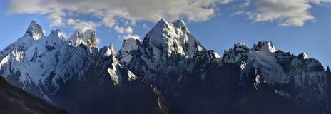 中央喜马拉雅山的高山范围:峰顶的锋利的峰顶用永久冰川,蓝天报道与 免版税库存图片