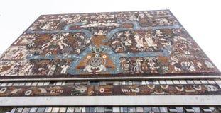 中央图书馆Biblioteca中央的门面在Ciudad Universitaria墨西哥国立自治大学大学的在墨西哥城-墨西哥北部上午 库存照片