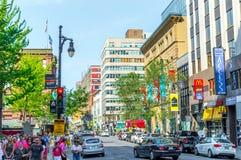 中央圣徒凯瑟琳街在街市的蒙特利尔 库存照片