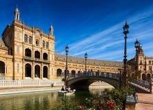 中央大厦和桥梁在Plaza de西班牙 塞维利亚 免版税库存照片