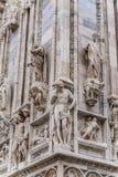 中央寺院二米兰的上部壁角部分垂直的细节居住于与雕象 免版税库存照片