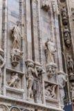 中央寺院二米兰的上部部分垂直的细节居住于与雕象 库存照片