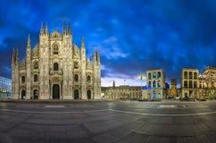 中央寺院二米兰(米兰大教堂)和Piazza del Duo全景  库存照片