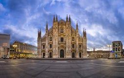 中央寺院二米兰(米兰大教堂)和Piazza del Duo全景  免版税库存图片