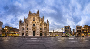 中央寺院二米兰(米兰大教堂)和Piazza del Duo全景  库存图片
