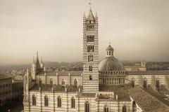 中央寺院二锡耶纳和钟楼 从facciatone托斯卡纳的看法 意大利 老极性作用 免版税图库摄影