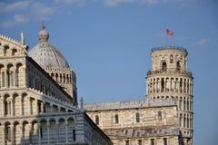 中央寺院和比萨斜塔  免版税库存照片