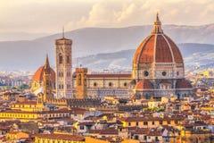 中央寺院和Giotto的钟楼日落的佛罗伦萨,意大利 库存照片