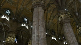 中央寺院大教堂在屋顶圆顶走的全景4k米兰意大利里面的太阳光 股票视频