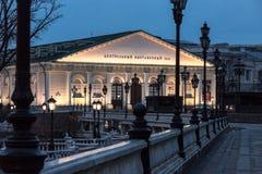 中央展示厅 Manezh广场莫斯科晚上光 库存图片