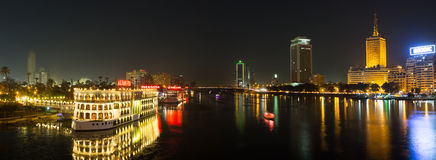 中央开罗和尼罗河在晚上 库存照片
