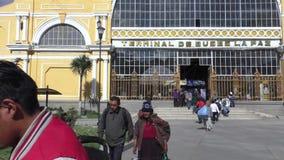 中央汽车站的,拉巴斯,玻利维亚乘客 股票录像