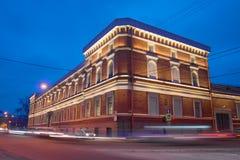 中央海军博物馆关闭古老大厦在冬天微明下 彼得斯堡圣徒 免版税库存图片
