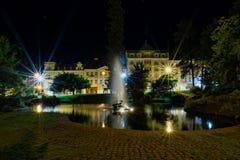 中央温泉公园在晚上- Marianske Lazne -捷克 图库摄影