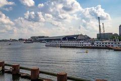 中央火车站和阿姆斯特丹港  免版税库存图片