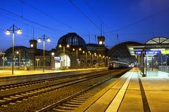 中央火车站在晚上在德累斯顿 图库摄影