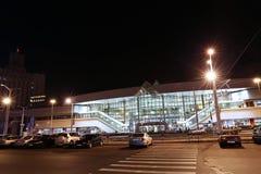 中央火车站在米斯克,白俄罗斯在晚上 免版税图库摄影