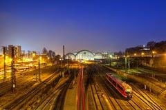 中央火车站蓝色看法在德累斯顿在晚上 免版税库存图片