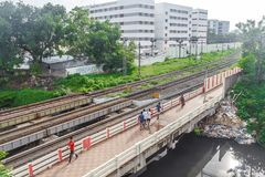 中央火车站,金奈,印度, 2017年8月25日:从跨线桥和人们看的走的上面的平行的铁路轨道视图 免版税库存照片