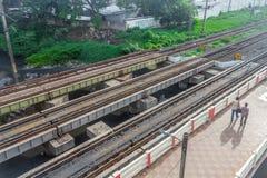 中央火车站,金奈,印度, 2017年8月25日:从跨线桥和人们看的走的上面的平行的铁路轨道视图 库存图片