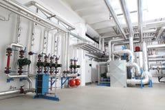 中央系统暖气和冷却系统控制在锅炉室 图库摄影