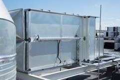 中央通风系统的工业透气单位在购物中心的屋顶 免版税库存照片