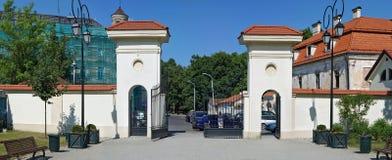 中央门在一个市政庭院里 免版税库存图片