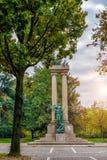 中央雕塑在市的公园诺瓦腊 意大利 图库摄影