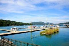 中央令人愉快的湖月亮山正确地安置放松其它星期日台湾 库存照片