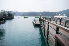 中央令人愉快的湖月亮山正确地安置放松其它星期日台湾 免版税图库摄影