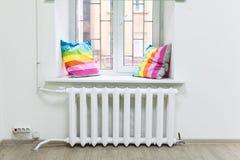 中央系统暖气白色铁幅射器在窗台下的 图库摄影