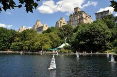 中央nyc公园池塘风船 库存图片