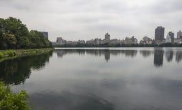 中央Parc有湖视图 免版税库存图片