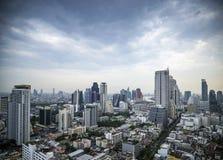 中央silom看法在曼谷泰国在天之前 免版税库存照片
